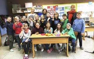 Klassenlehrerin Judith Carlberg-Roth (hinten, v. li.), Konrektorin Miriam Machill und Rektorin Bettina Fritsche freuen sich für ihre Schüler, dass die Grundschule Jesteburg in das Schulobst-Programm aufgenommen wurdeFoto: Tatjana Borgschulte